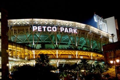 Tragedia en la MLB: Fallece una mujer y su hijo tras caer de lo alto de un estadio de béisbol hasta la calle