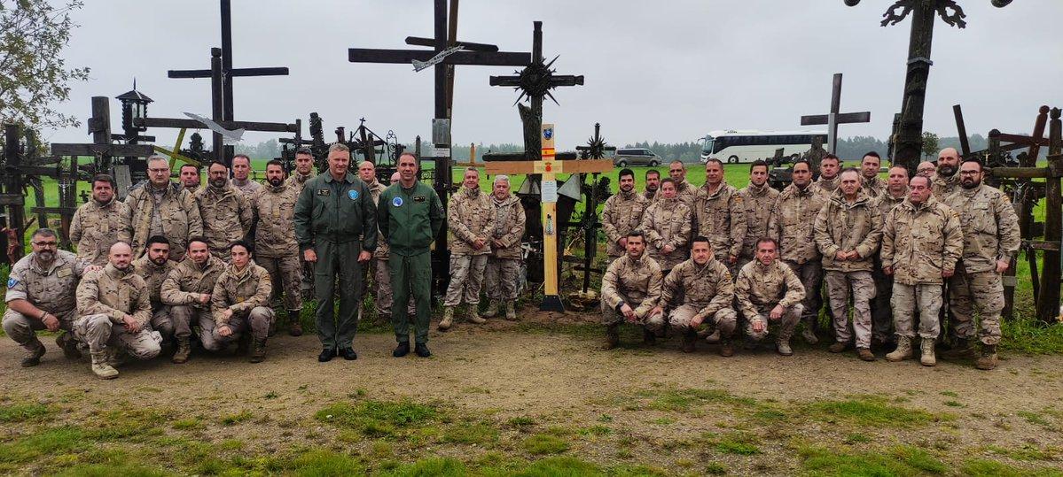 El Ejército desafía a Pedro Sánchez y a Podemos: coloca una cruz cristiana contra el comunismo