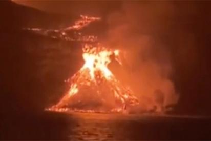 La lava del volcán de La Palma alcanza el mar tras 10 días de erupción y forma una pirámide de 50 metros