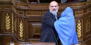 Un diputado de VOX saca un burka en el Congreso para abochornar a los cooperadores de los talibanes