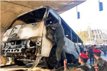 Un brutal atentado contra un autobús militar deja 14 muertos en Siria