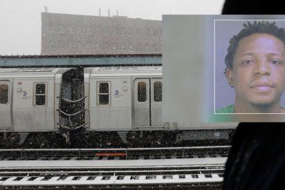 Este tipo viola a una mujer en el tren delante de otros pasajeros y nadie hace nada