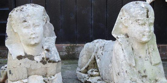 Una familia británica descubre que los dos 'monigotes' de su jardín son esfinges del Antiguo Egipto