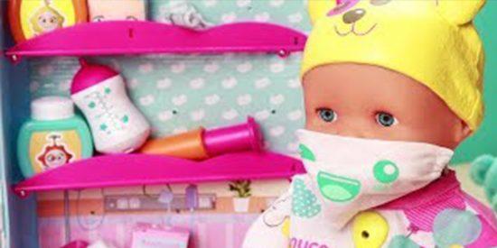 Manipulación indecente dirigida a los niños: Nenuco, con mascarilla, vacuna y carné de vacunación