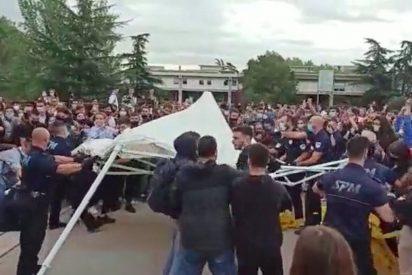 """Fanáticos de izquierdas destrozan una carpa constitucionalista en la UAB al grito de """"que no quede ninguno"""""""