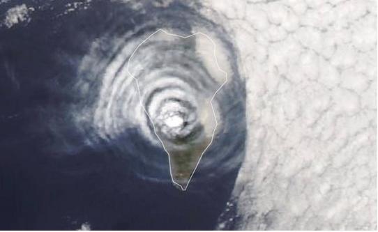 Así se ven desde el espacio las extraña diana de nubes del volcán de La Palma