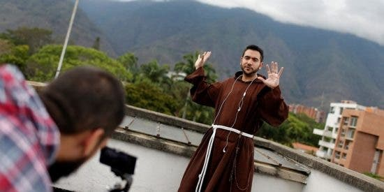 El cura millennial e instagramer que moderniza la fe y apoya a Juan Guaidó